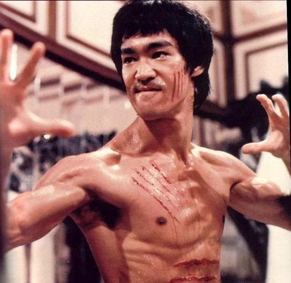 李小龙拳_李小龙在1秒钟内可以打出7拳;他的寸拳最高记录可以把一个150斤的壮汉
