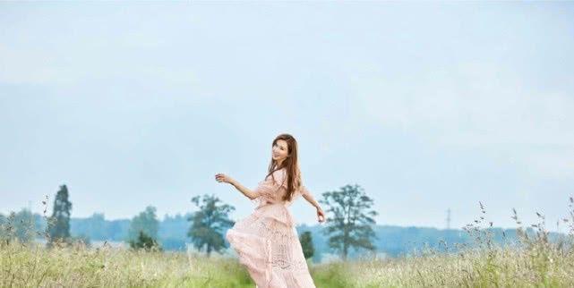 林志玲婚后首个七夕写真曝光,田园中一袭粉裙少女感爆棚