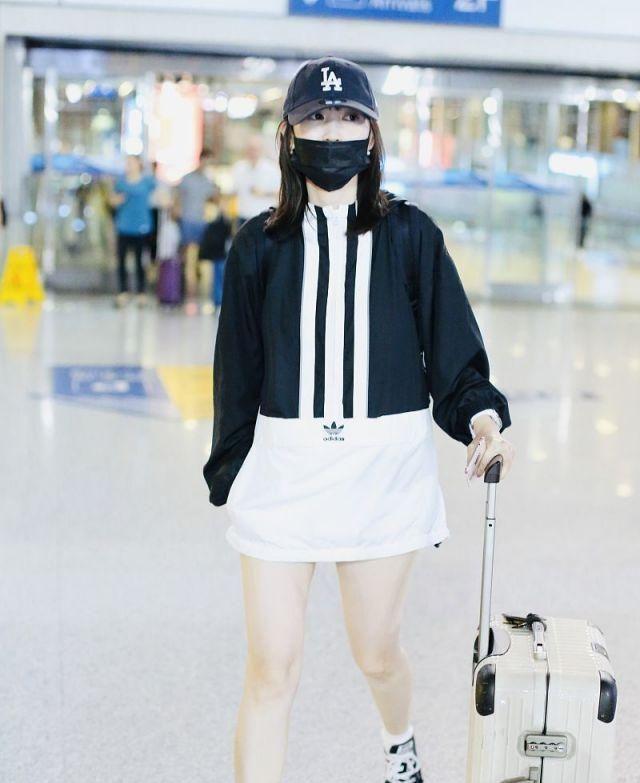 马蓉现身机场,她穿黑白卫衣裙独自推行李箱清爽干净!