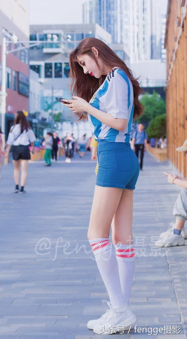 街拍:穿阿根廷球衣的足球宝贝,时尚穿法打造长腿翘臀