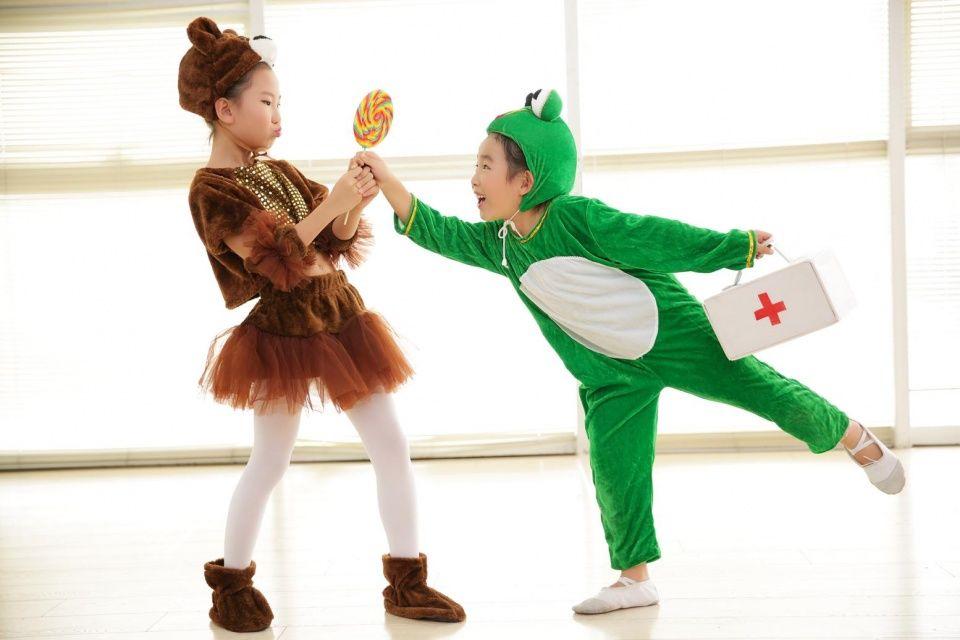 舞蹈是以经过提炼、组织、美化了的人体动作为主要艺术表现手段,是一种空间性、时间性、综合性的动态造型艺术。在构成舞蹈的诸要素中,动作是居于首位的,舞蹈即是以动作为重要表现手段的。幼儿舞蹈亦是如此。它与成人舞蹈所不同的是幼儿舞蹈是反映学龄前儿童的生活,表达他们思想、感情和态度的舞蹈。它是根据幼儿生理及年龄特点加以创编的。幼儿经常参加生动活泼的舞蹈教育和活动,可以增长他们的体力,促进幼儿骨骼、肌肉、呼吸、神经系统和循环系统的生理机能发育,加快幼儿新陈代谢,使他们的肌体不断生长发育,由此可见,舞蹈不仅能发展幼儿动