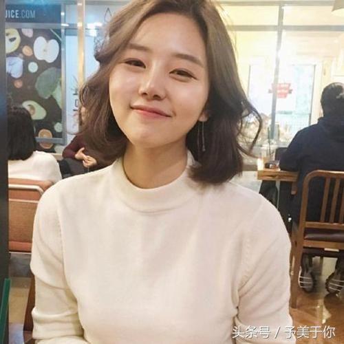 韩式风格的中短发发型简约自然很有气质感,齐肩中短发将刘海偏分有图片