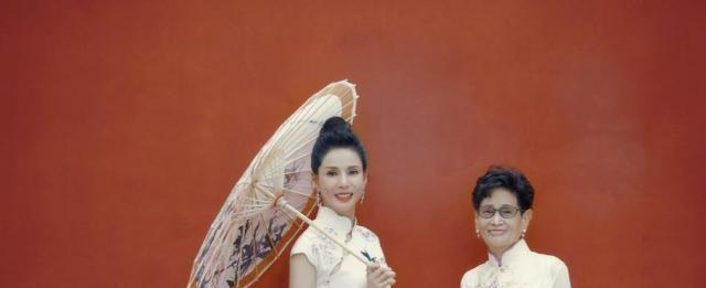 不老女神李若彤旗袍秀身材,却被妈妈惊艳,找到她高颜值的原因了