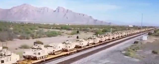 美军大批装甲车集结运输 整个火车皮一眼望不到边