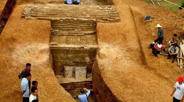 <b>工人挖开墓葬,发掘一具男性尸骨,专家拿着金牌:他被亲妈毒死的</b>