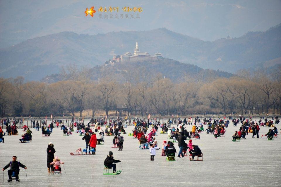 北京:颐和园昆明湖冰场开放 滑冰场景火爆似煮