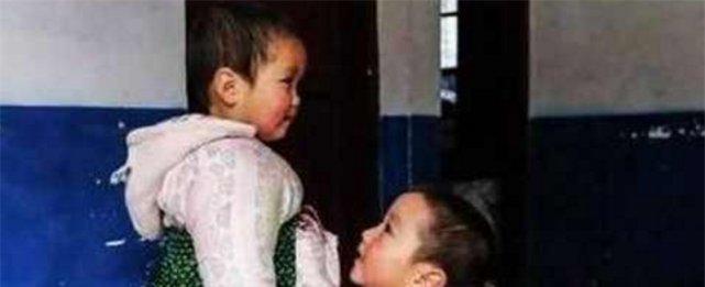 <b>男孩被手臂上的青蛙吓哭,妈妈不仅嘲笑还帮倒忙,男孩快崩溃了</b>