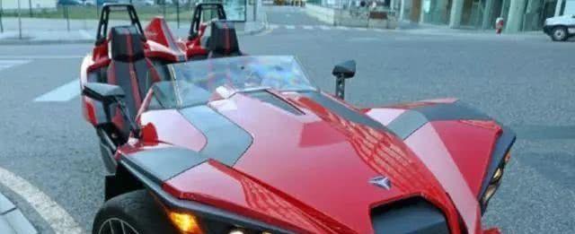 路边一辆炫酷跑车,外观酷似法拉利,仔细一看好像少个轮子