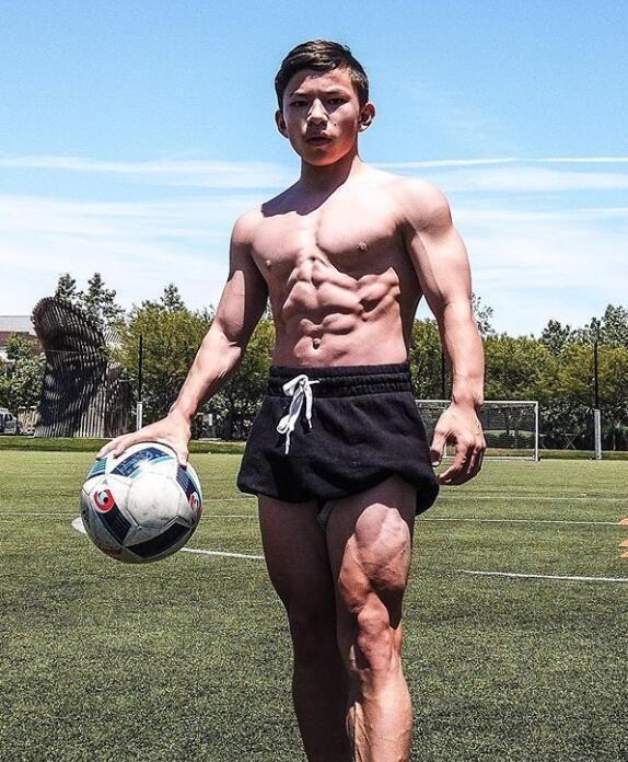 <b>最强壮男孩又晒肌肉,肱二头肌爆棚,斜方肌最亮眼让人羡慕!</b>