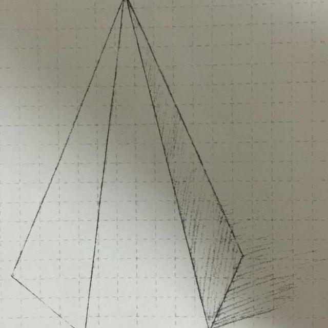 步骤一 确定形体关系:用直线切出六棱锥上下左右各个顶点的位置及