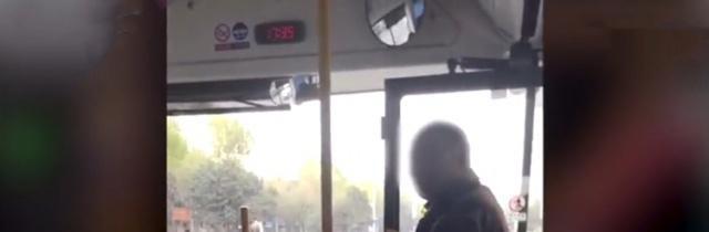 心酸!公交司机嫌农民工脏拒绝其上车:脏的像从土堆里拱出来