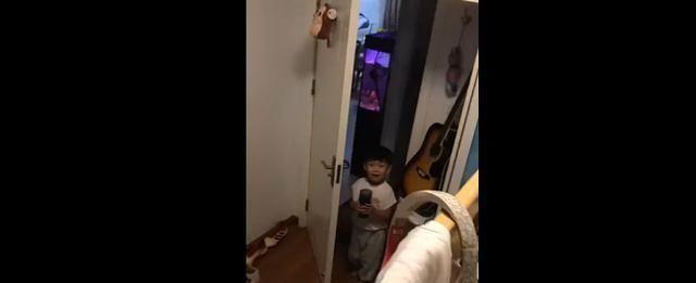 哥哥被弟弟伺候视频火了,全网最惨二胎,网友:还有这样的弟弟吗