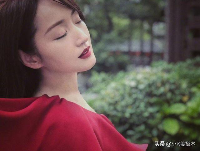 杨钰莹晒照,又穿大红色露肩裙优雅气质,48岁了还是这么美