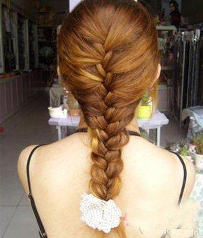 时尚 正文  第六步:同样也可以将编织后的发辫对折,使用较大的花饰做