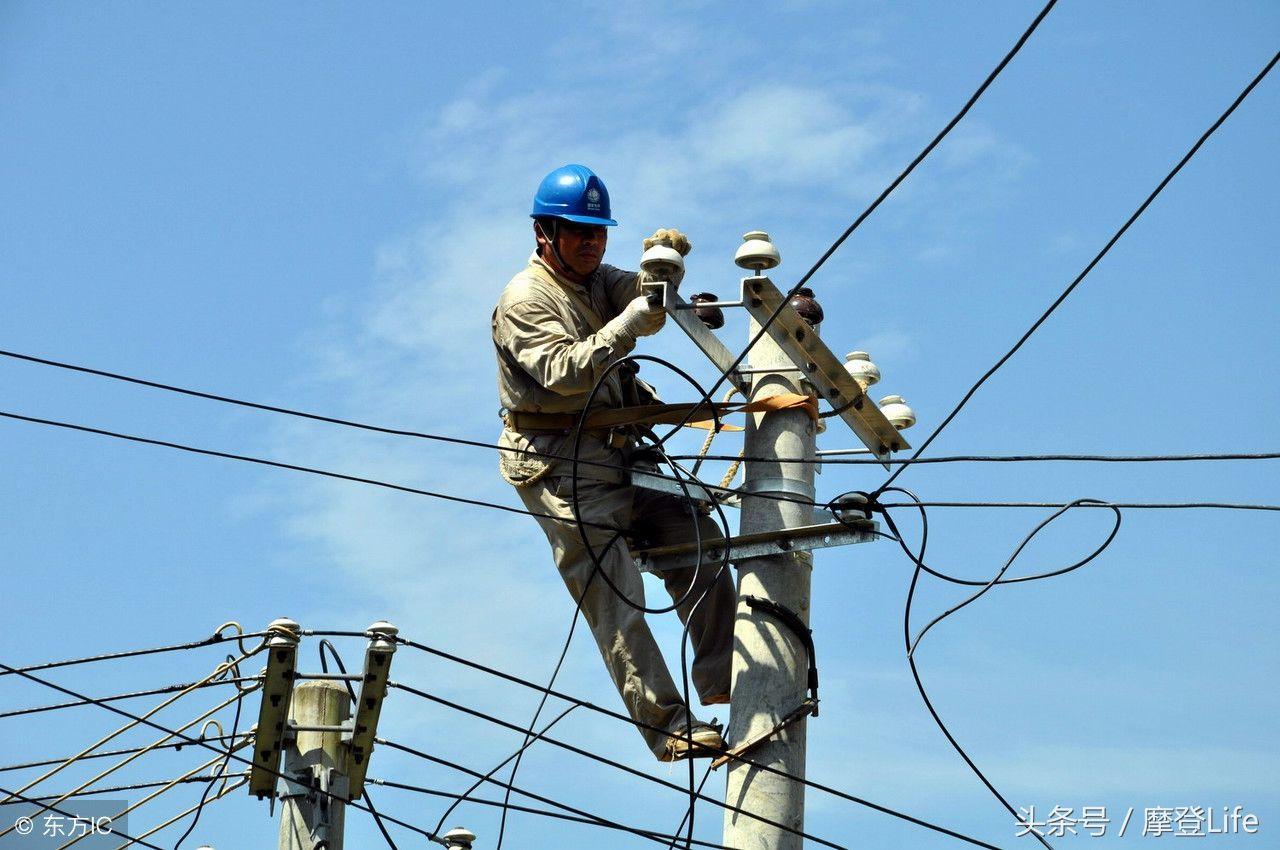 6幅电力工人克服炎热 辛勤工作的照片,哪一张最令你震撼呢?图片