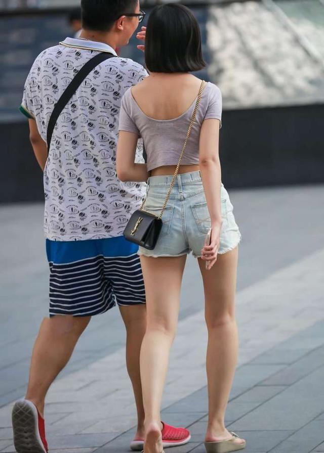 街拍保安:丰盈爱上美女,短裤洁白大长腿,颜值满女神董事长小美女极致图片