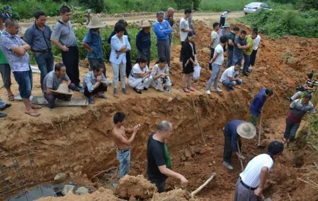 砖瓦厂发现千年古墓,竟挖出一现代玻璃杯,专家说:绝对是国宝!