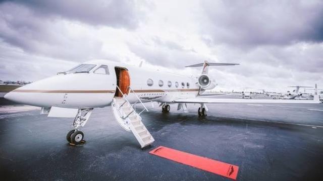 对不起,由于您的飞机超售,本周去哈勃岛的航班已经满员了。巴哈马机场的工作人员微笑着告诉我。什么?你们一周就只有一班飞机去粉红沙滩?外面明明停了很多飞机。巴哈马机场并不大,但是停机坪上却停满了飞机。是的,小姐。那些都是私人飞机,你可以搭乘私人飞机出行。但是没多久,我就决定预定一架私人飞机。原因很简单,价格十分公道,一架6人座包机一共一万元,我们5个乘客每人2000元,大概是当地飞机头等舱的价格。 一切都进行得井然有序,当地雇佣的飞行员已经原地待命,和机场沟通后半小时后准时起飞。还在幻想着真皮座椅