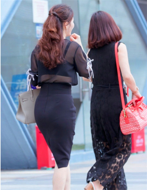 <b>路人街拍,身材圆润的小姐姐,轮廓性感分明,凹凸曲线很性感</b>