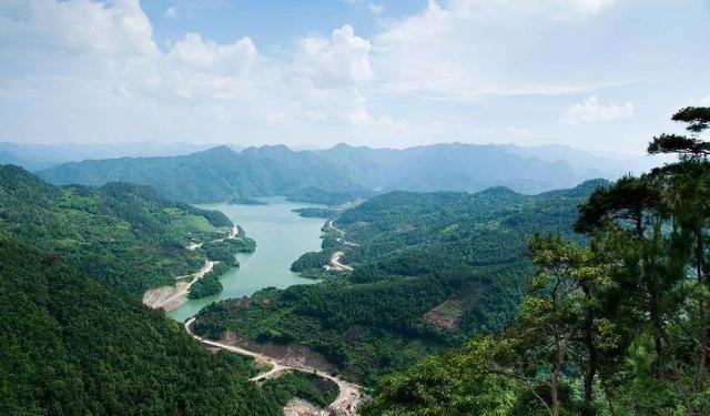雪窦山景区 雪窦山国家级风景名胜区位于奉化西北,大自然亿万年的