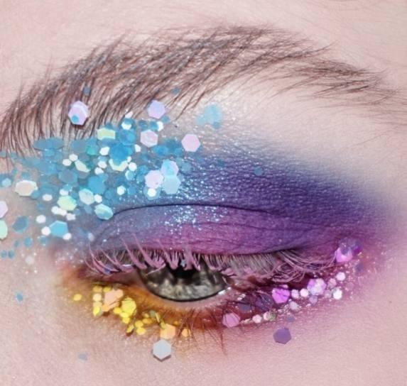 金牛座: 金牛座的人是很会享受的,光凭她那么会吃,你就可以知道,她是很会享受生活的,生活中很沉稳,不容易冲动,金牛座的专属创意亮片眼妆是彩色的,很炫彩的样子!
