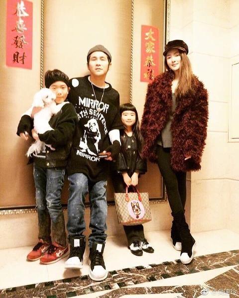 曹格老婆带女儿练瑜伽,网友:丸子头可爱,家里的动物园